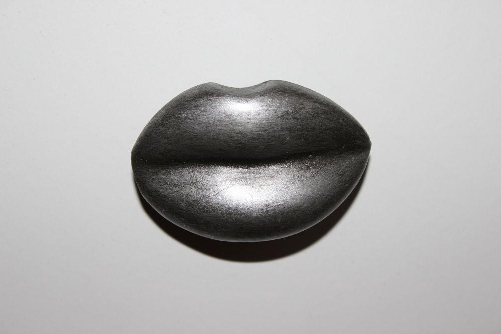 Bouton bouche espace poign es for Bouton interieur levre bouche